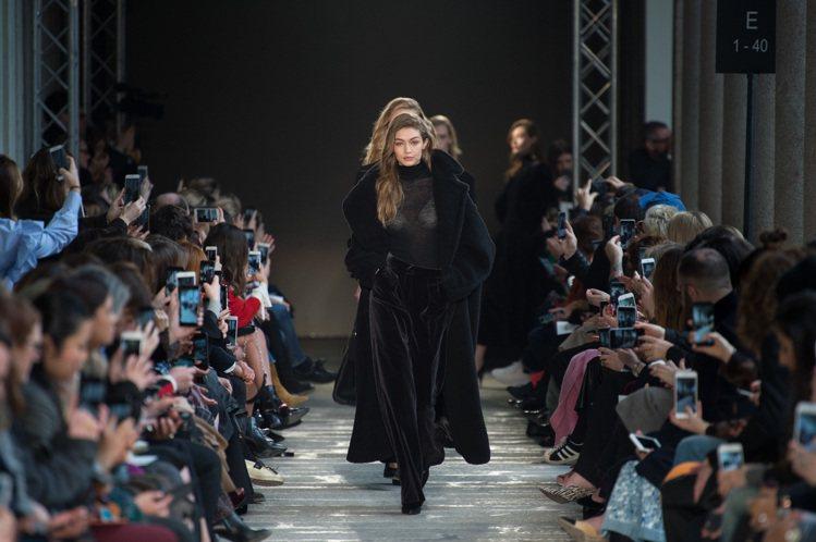 吉吉哈蒂德展現Max Mara秋冬女裝的北歐風格、米蘭工藝。圖/Max Mara...