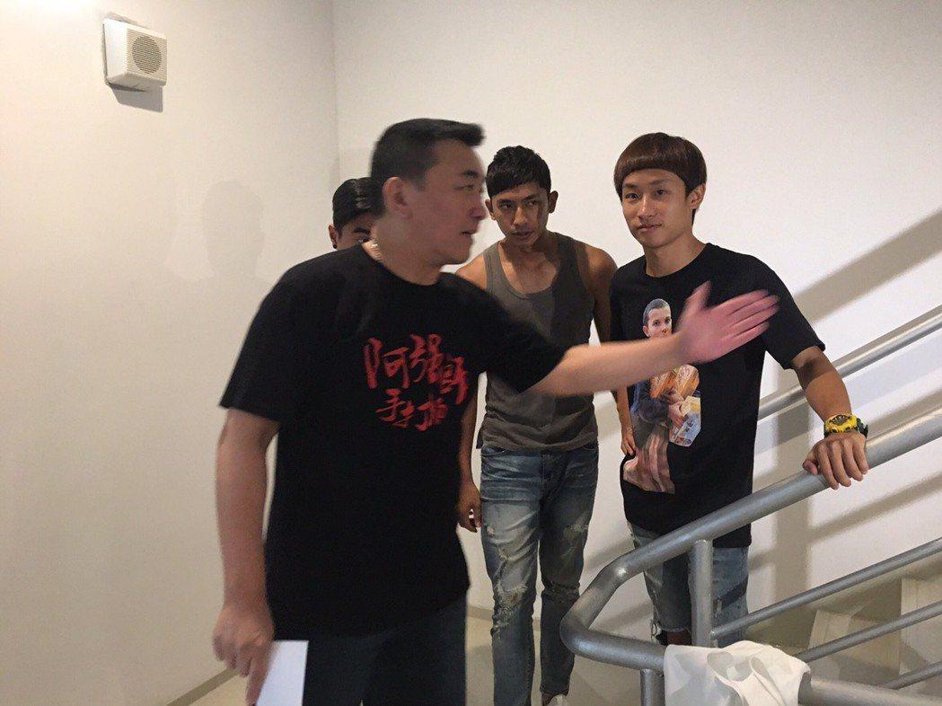 徐亨拍手打麵網路短片擔任導演,指導「小賀」演員演戲。圖/民視提供