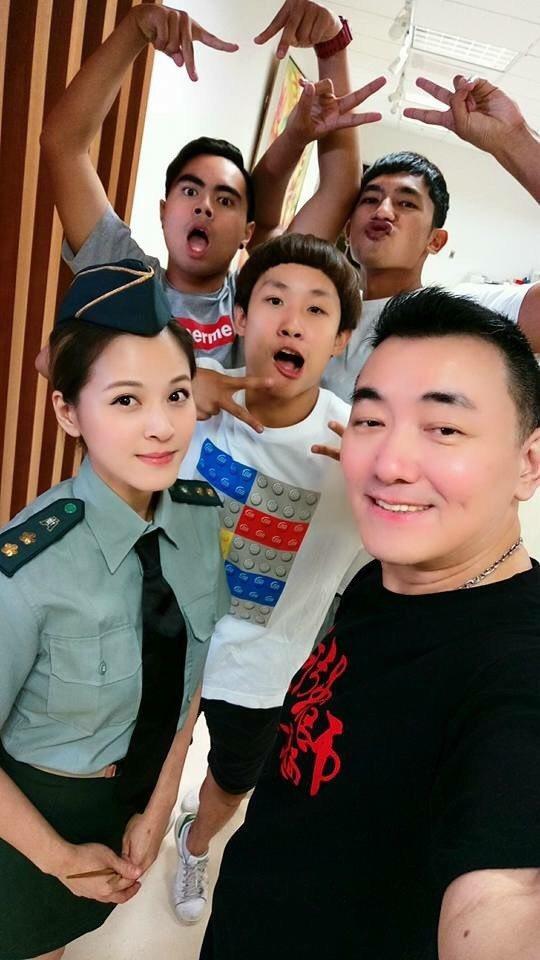 徐亨(右)為拍手打麵網路短片擔任導演,蘇晏霈和「小賀」演員助陣。圖/民視提供