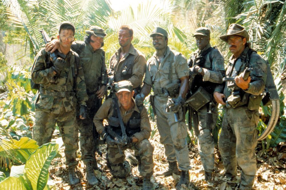 「終極戰士」中,桑尼藍德漢(左二)飾演阿諾史瓦辛格(左三)的戰友。圖/摘自Cin...