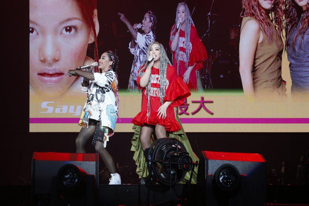 阿妹(右)今晚演唱會,與Saya姊妹合體。圖/EMI提供