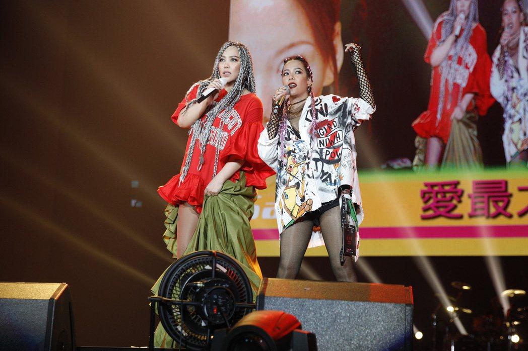阿妹(左)今晚演唱會,與Saya姊妹合體。圖/EMI提供