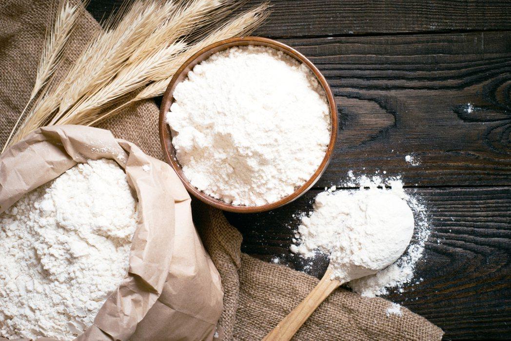 麵包的基本元素是麵粉、水與酵母,這三項缺一不可,三者合體才能如華爾茲般地跳出「彭...