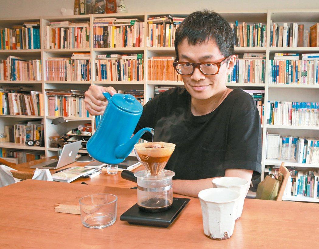 坐擁書香、咖啡香。 圖╱本報記者黃義書攝影