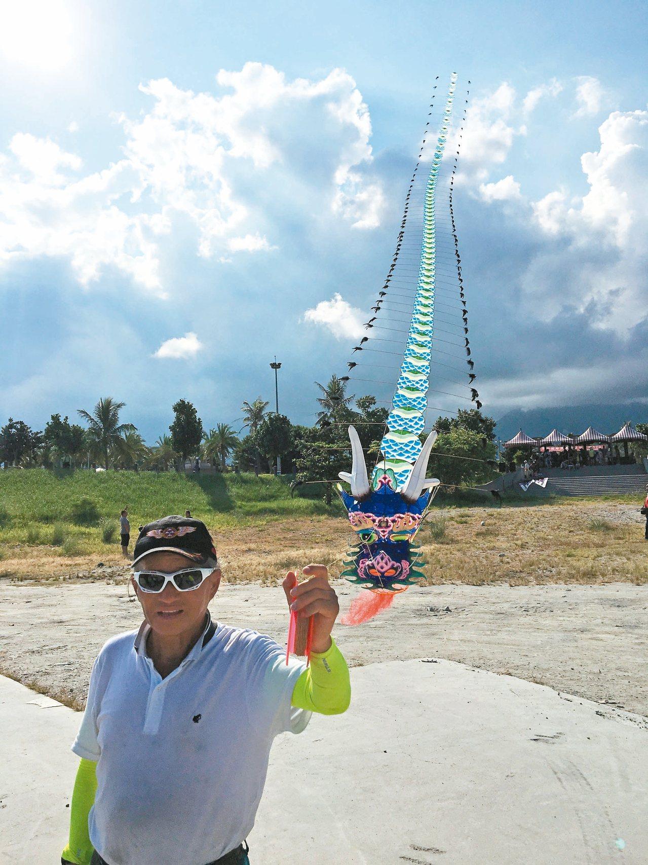 風箏達人曹志龍邀請兩岸風箏好手來花蓮,參加風箏嘉年華活動。 記者徐庭揚/攝影