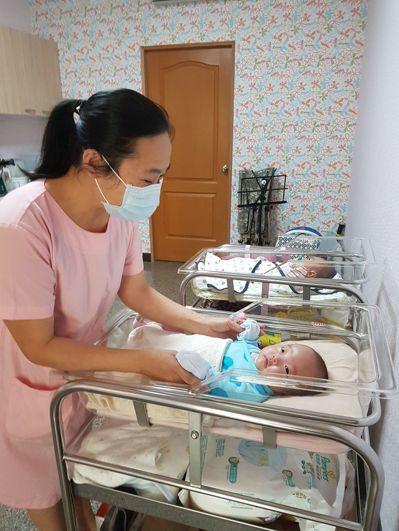 陳玉敏除有護理師執照,多年來「摸奶無數」,協助媽媽哺育母乳。 記者修瑞瑩/攝影