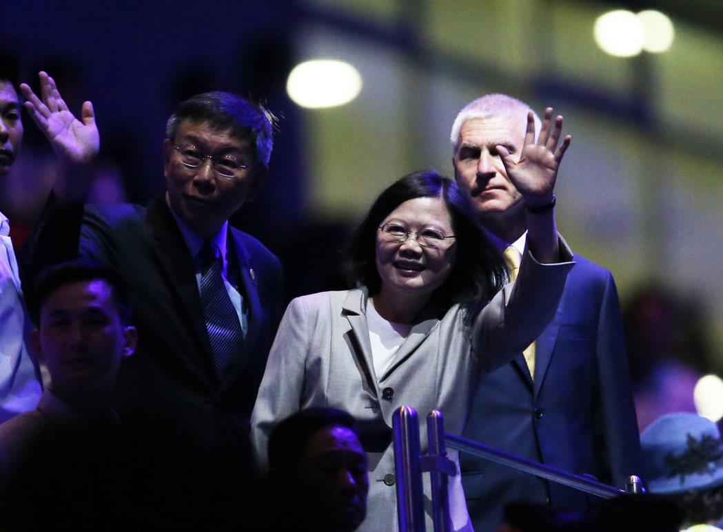世大運開幕,蔡英文總統(中)與台北市長柯文哲(左)一同現身,向觀眾揮手致意。 記...