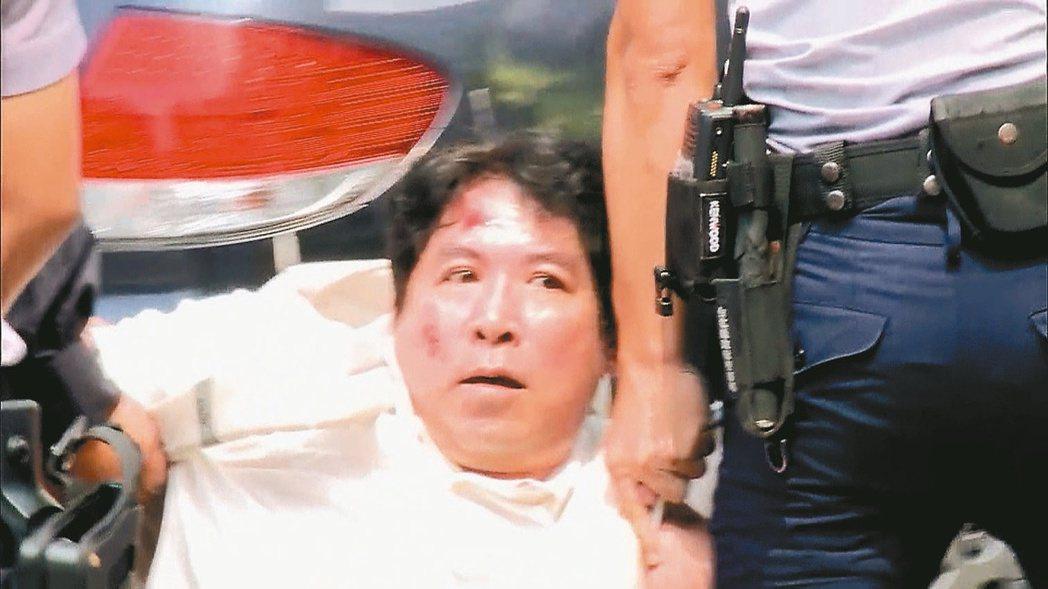 男子呂軍億到軍史館二樓偷軍刀,再到總統府砍傷憲兵,遭壓制逮捕。 圖/報系資料照