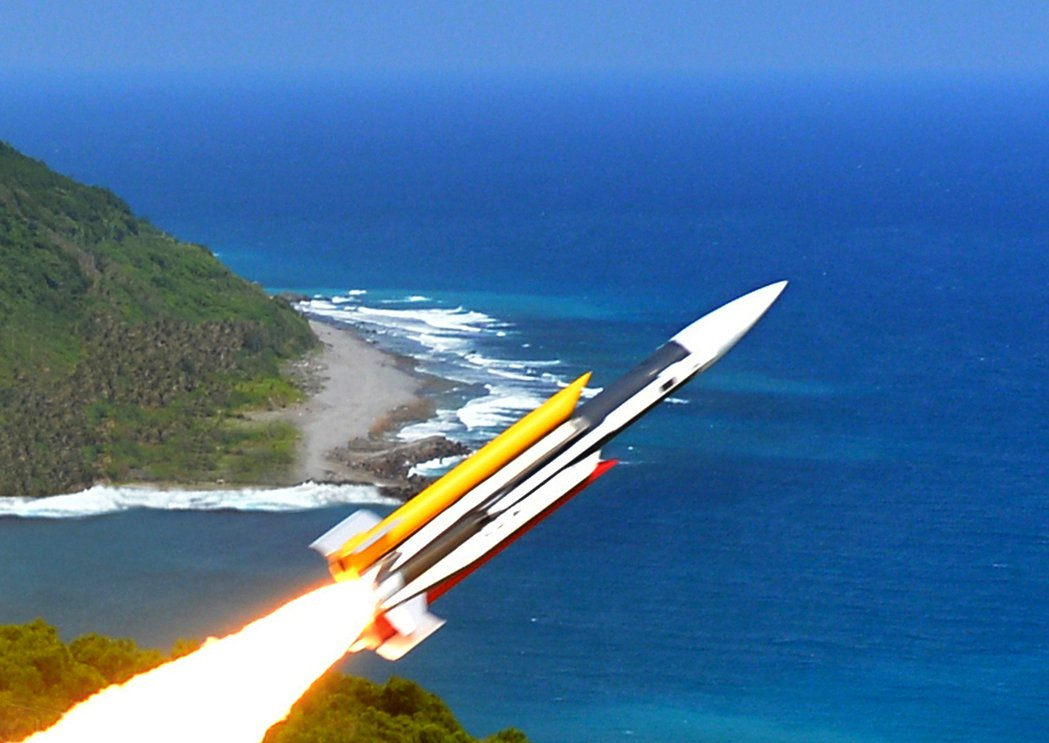 海軍錦江級金江艦在戰情室模擬飛彈發射操作程序的飛彈中士高嘉駿,在作戰長與射控士官...