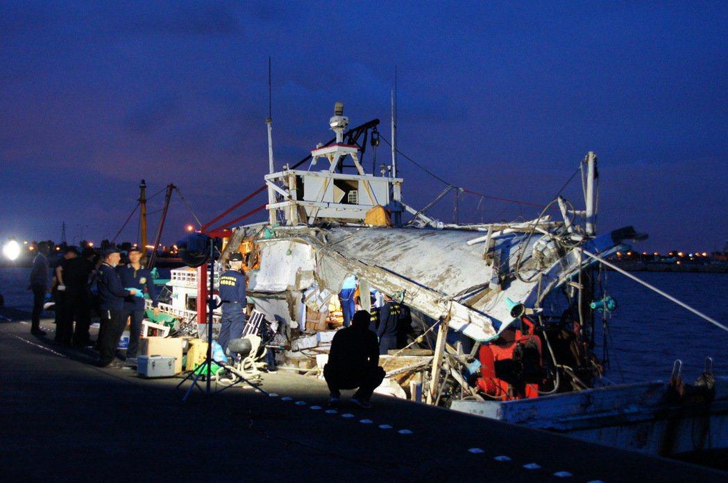 圖為不幸遭雄三貫穿的漁船。 圖/報系資料照