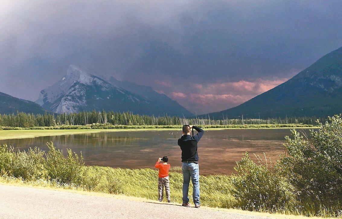 加拿大人氣最高的班夫國家公園去年已有400萬觀光客,今年可能更多。 美聯社