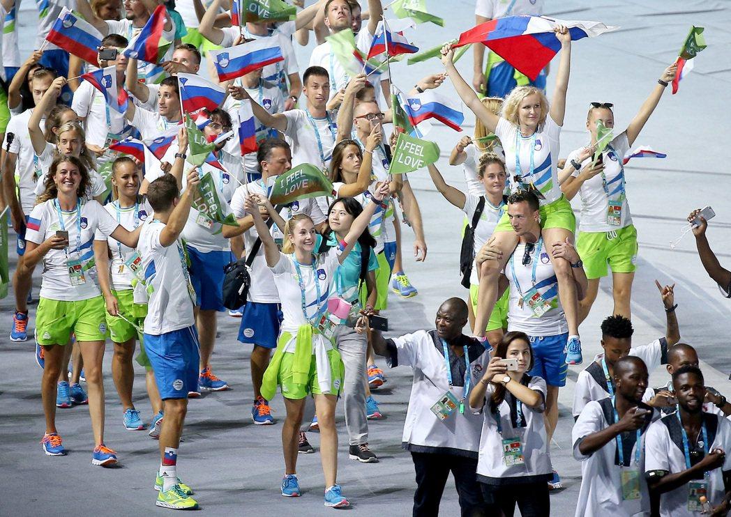 儀典導演劉彥成急中生智,讓全數舉牌手一齊入場,後頭緊接著一團一團的運動員,將整場...