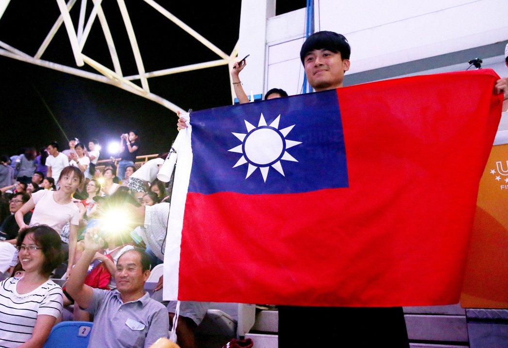 世大運選手一同進場時,在場觀眾秀出大面國旗。 記者余承翰/攝影