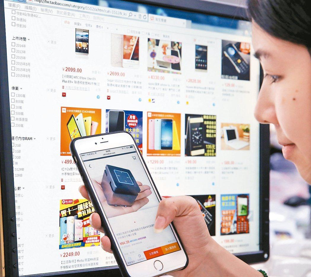 數位金融年代,線上購物盛行,銀行統計,網路盜刷信用卡金額大幅飆升。 本報資料照片