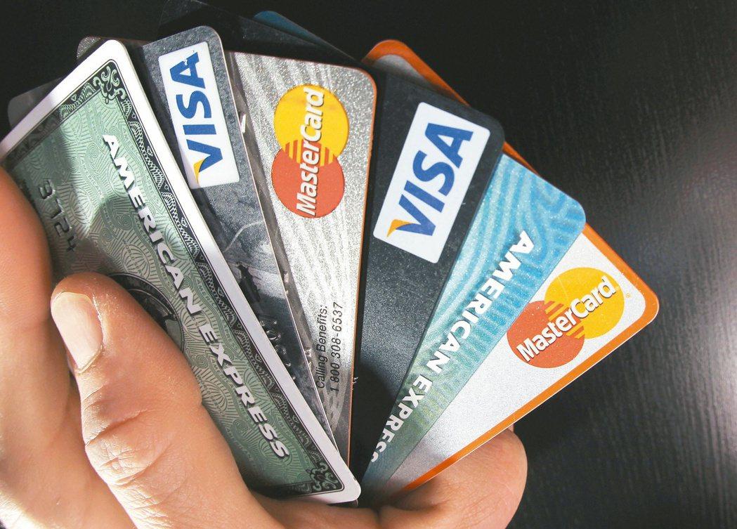 網購神卡限制重重,有時可能要搭配刷一般現金回饋卡,才能享有最多優惠。 本報資料照...