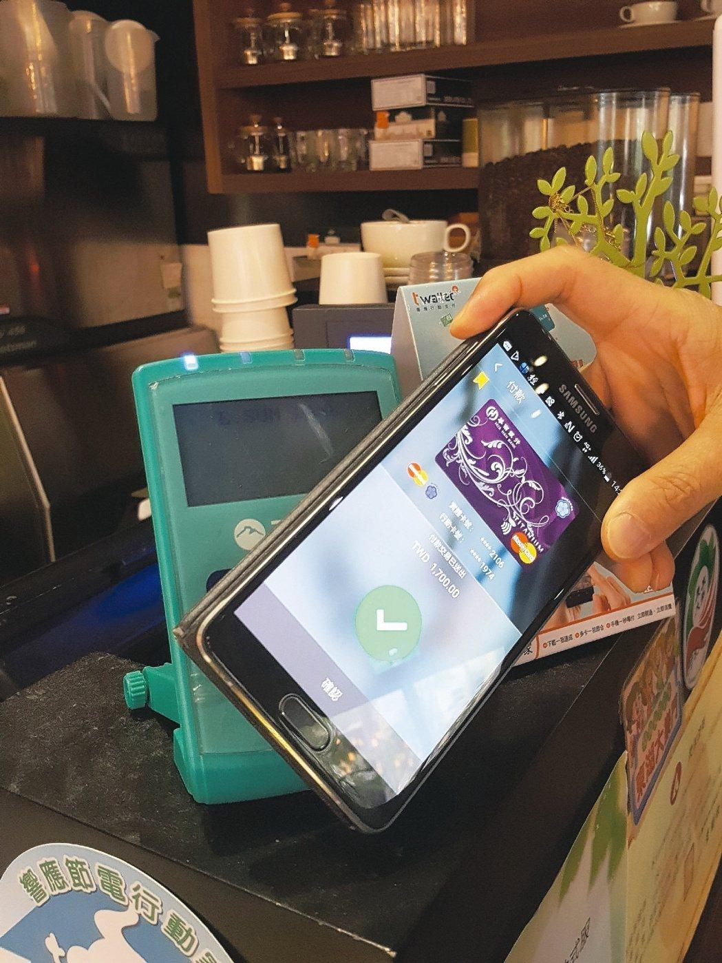 銀行業者初估,有百萬張信用卡已綁Apple、Samsung支付,但提醒卡友須注意...