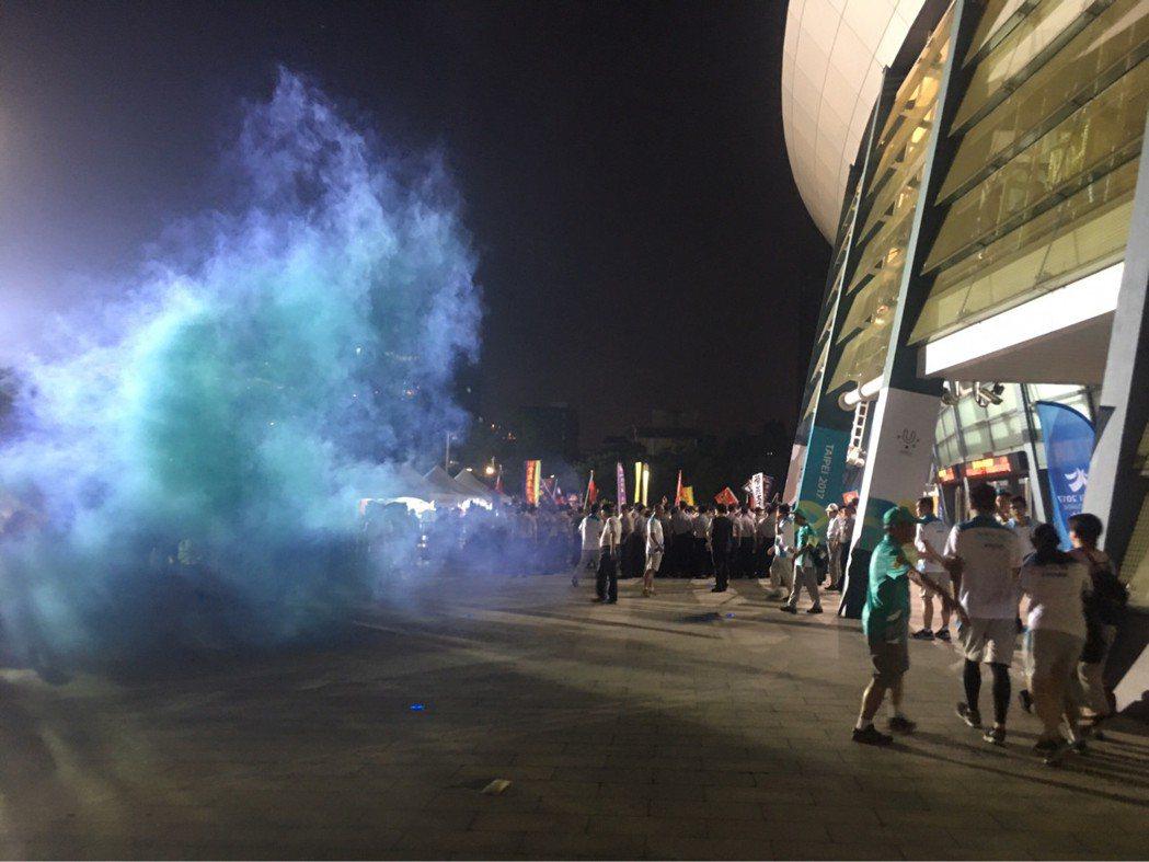 年改團體來到世大運場館抗議,現場出現煙霧彈,不知所措的選手躲在建築內,在外面重重...