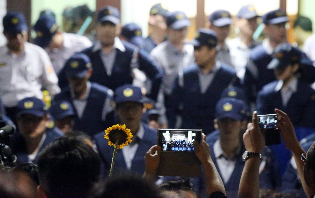 太陽花抗爭民眾占領行政院時,警方服從命令驅離,事後被控手段粗暴,原本警界認為依法...