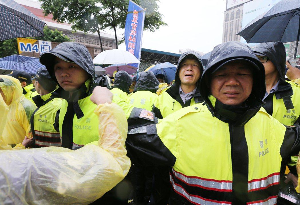 反年改團體在警察節的這天包圍立法院,面對學長姐們的抗議,警方只能無奈的用柔性勸說...