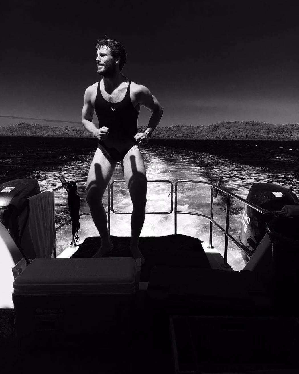 山姆克萊弗林粗獷的造型和身上的女性泳裝超級不搭,令人絕倒。圖/摘自instagr...