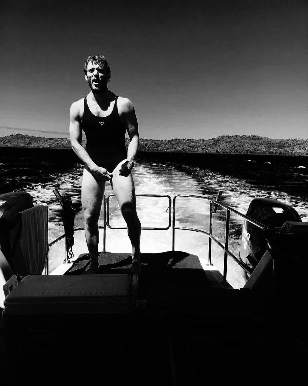 穿上女性泳裝的山姆克萊弗林,帥氣少爺形象蕩然無存。圖/摘自instagram