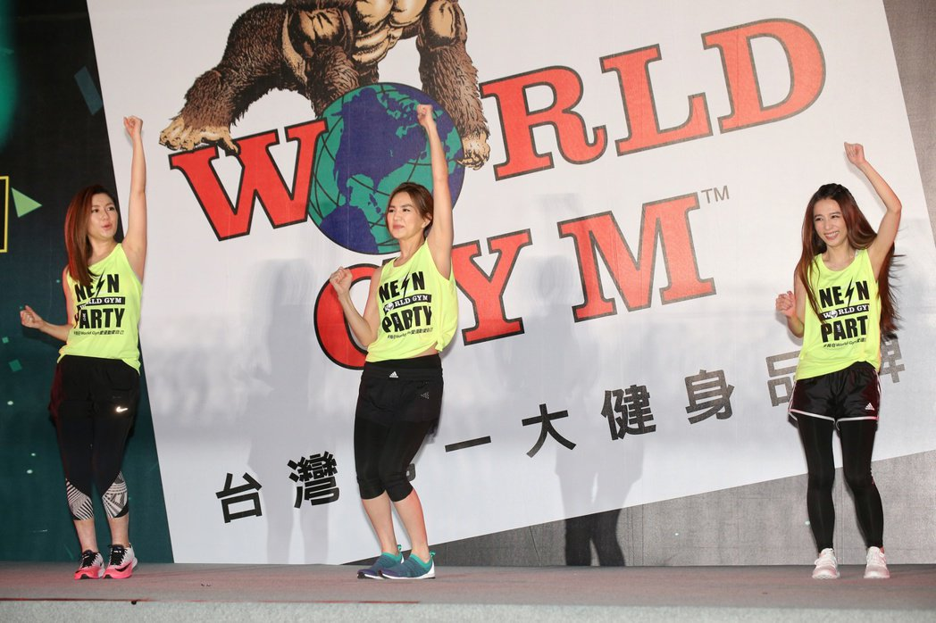 代言人S.H.E帶領World Gym千人有氧螢光派對。記者陳立凱/攝影