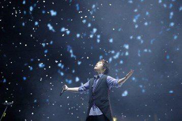 18、19日連續兩天、4度登上北京鳥巢開唱的五月天,為了各地趕來「鳥巢之約」的10萬歌迷,邀來李宗盛大哥驚喜現身合唱「凡人歌」,因為19年前5個「憨人」遇見了「音樂教父」李宗盛,成就今天的五月天。1...