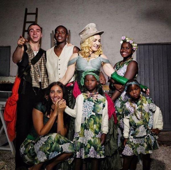 瑪丹娜秀出一家7口的照片。圖/摘自IG