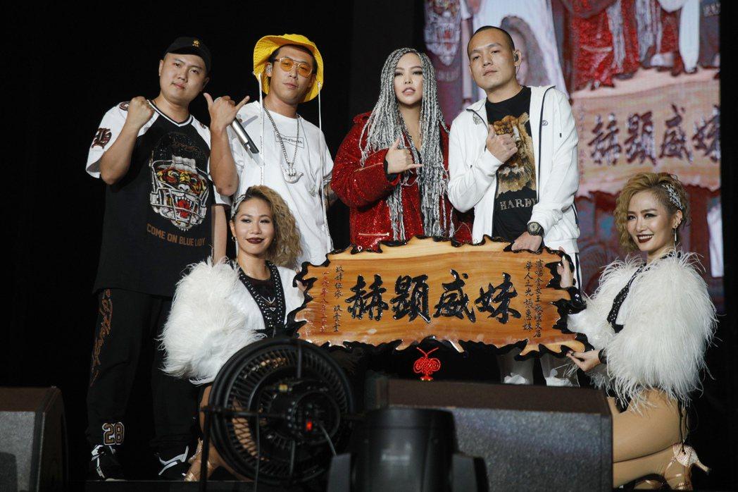 阿妹(中)與玖壹壹同台歡唱。圖/EMI提供