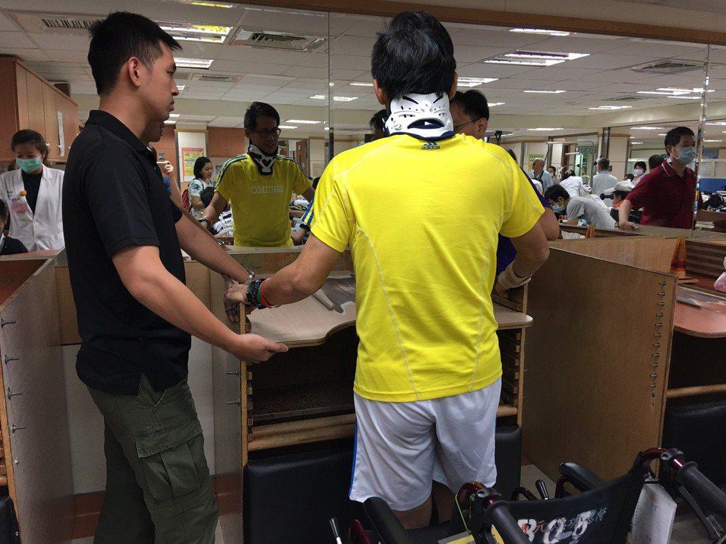 意外遭撞的林姓警員(右),傷勢包括頸椎第三、四、五節壓迫,右大腿骨折、右腿韌帶斷...