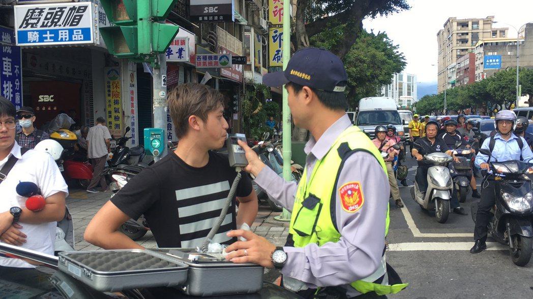 員警對涉嫌擦撞警車的男子實施酒測。 本報資料照片