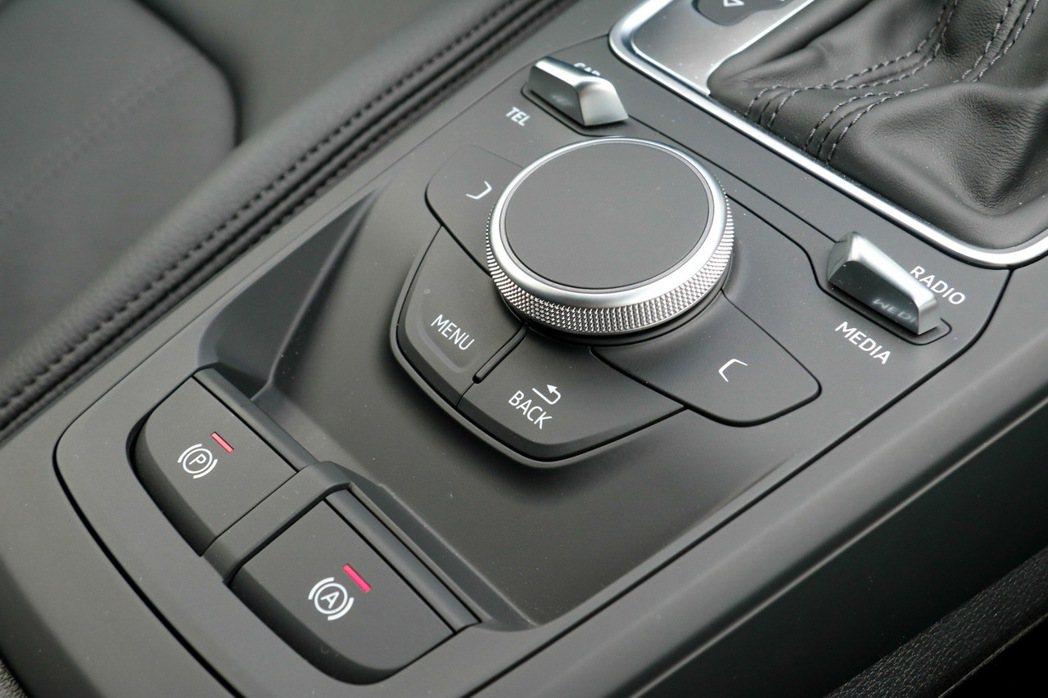 7吋MMI radio plus多媒體系統控制鍵及旋鈕。 記者史榮恩/攝影
