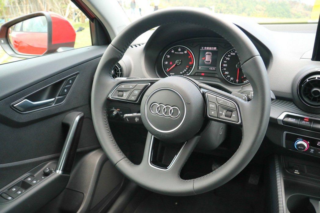 Audi Q2 Sport版的方向盤配備有換檔撥片。 記者史榮恩/攝影