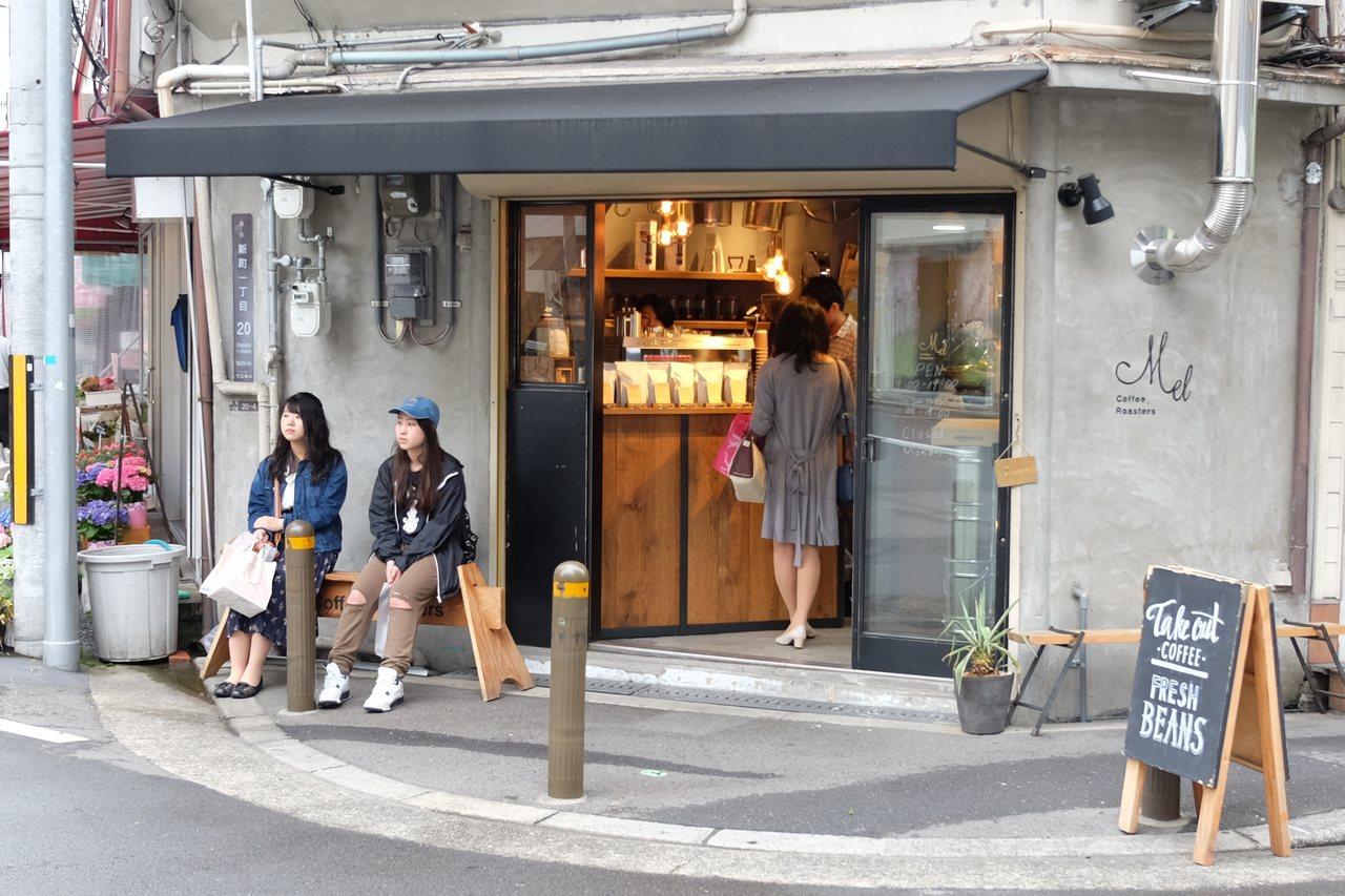 日本時興許多街角個性咖啡店。
