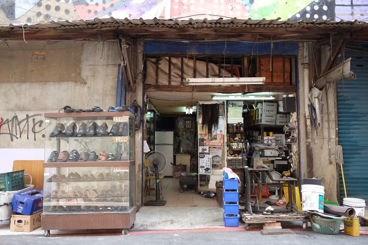 咖啡店的前身會是怎樣的修皮鞋店呢?