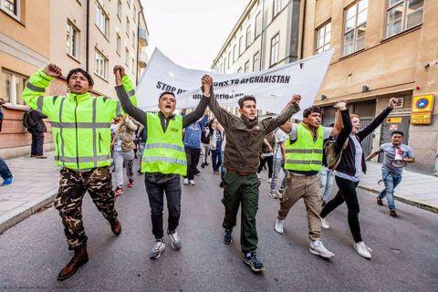 一群以阿富汗青年為主的群眾發起抗議,反對瑞典政府遣返阿富汗難民。 圖/Ung i...