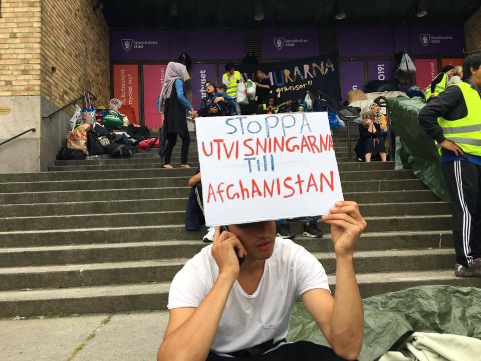 瑞典的抗爭者手持「停止遣返阿富汗人」的標語。阿富汗青年的抗爭,是難民們過去累積的...