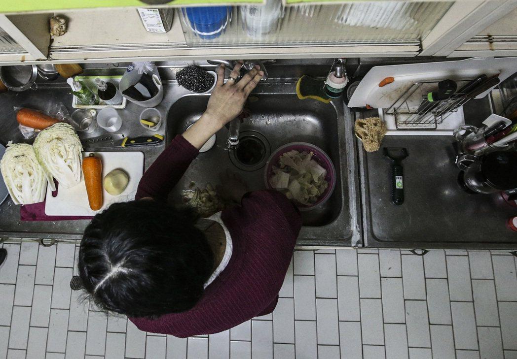 台灣人在申請社福外勞時,心中早已預設「看護加幫傭」的模式,除看護外也要從事「許可...