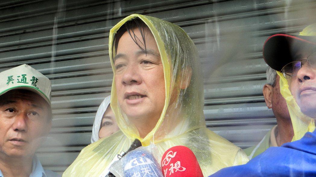 2016年,台南市長賴清德(中)為梅姬颱風放半天假道歉。 圖/本報資料照