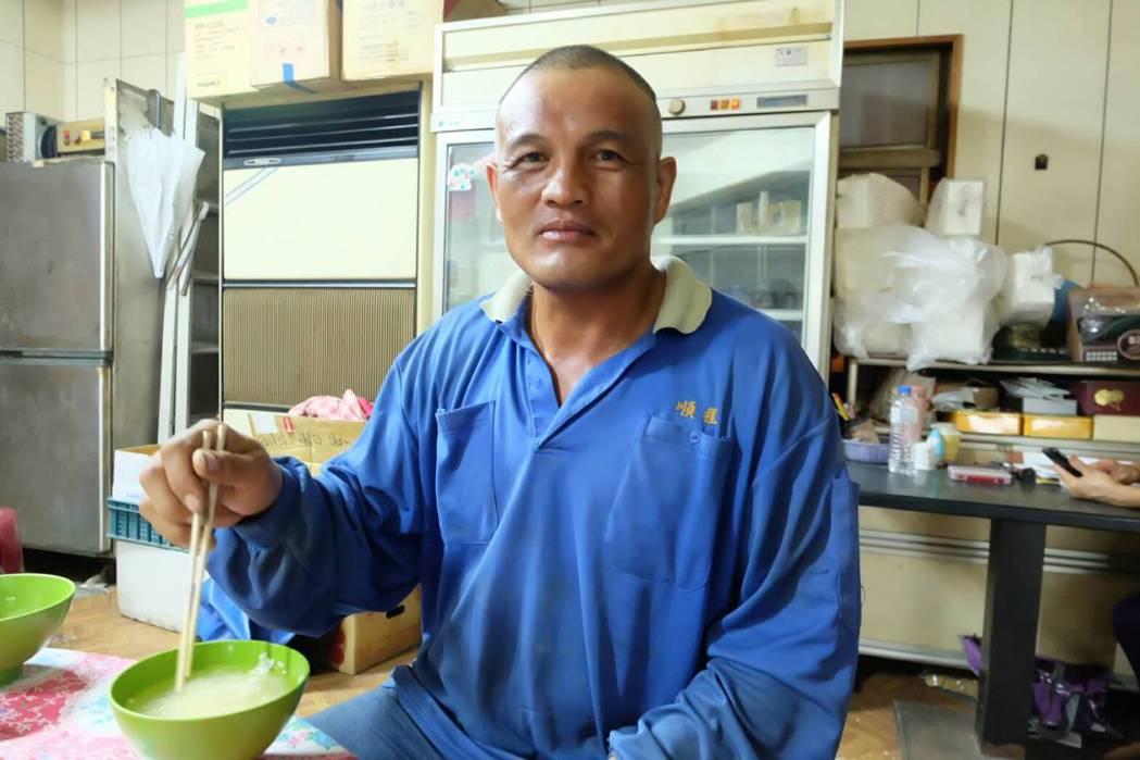 45歲李章榮來自台東馬蘭部落,自13歲開始修電塔人生,爬上爬下導致腳痛風,但他說...
