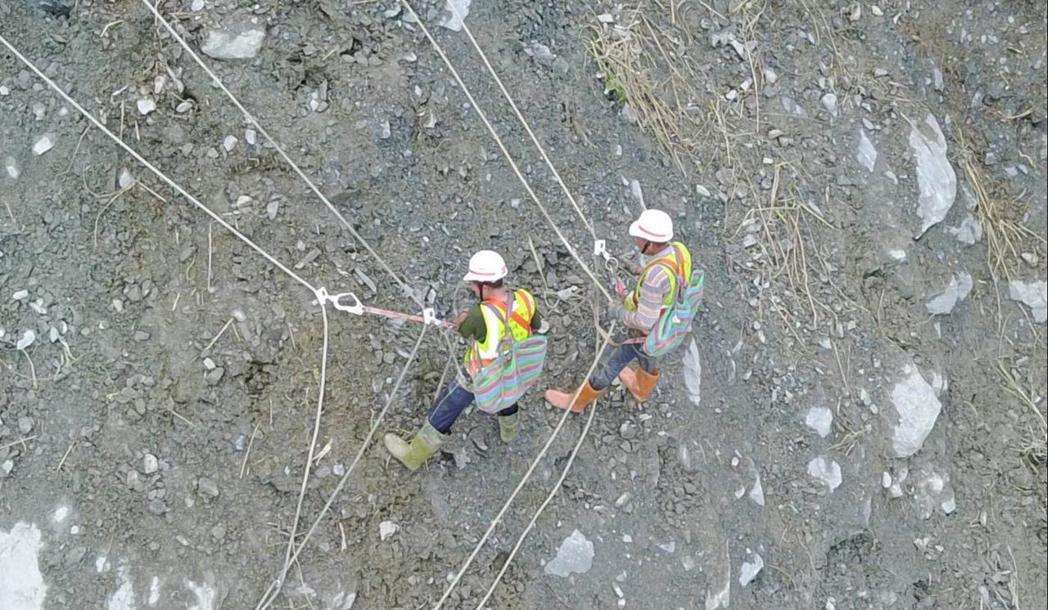5月底豪雨導致蘇花公路九宮里路段坍方,數十名包商工人犧牲端午連假,如蜘蛛人一般攀...