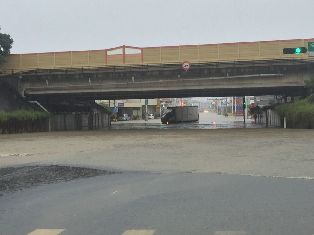 2016年9月,仁德交流道涵洞逢大雨淹水。 圖/本報資料照