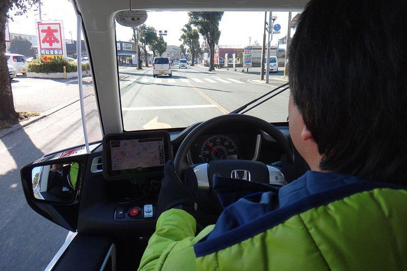 僅有3.3m的迴轉半徑,於都會中行駛相當輕鬆靈巧。 圖片摘自:car.watch