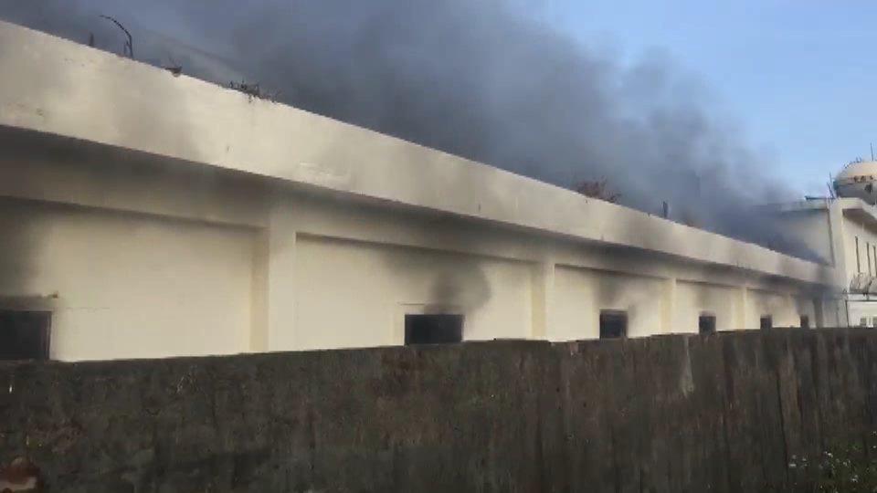 苗栗縣消防局發現工廠倉庫起火,全力灌救中。記者范榮達/翻攝