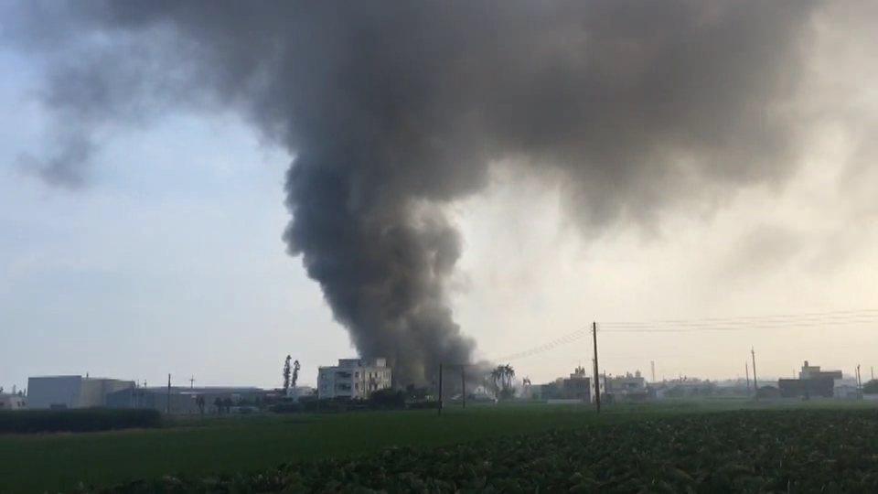 苗栗縣苑裡鎮一家工廠今天上午火災,滾滾濃煙衝向天際。記者范榮達/翻攝