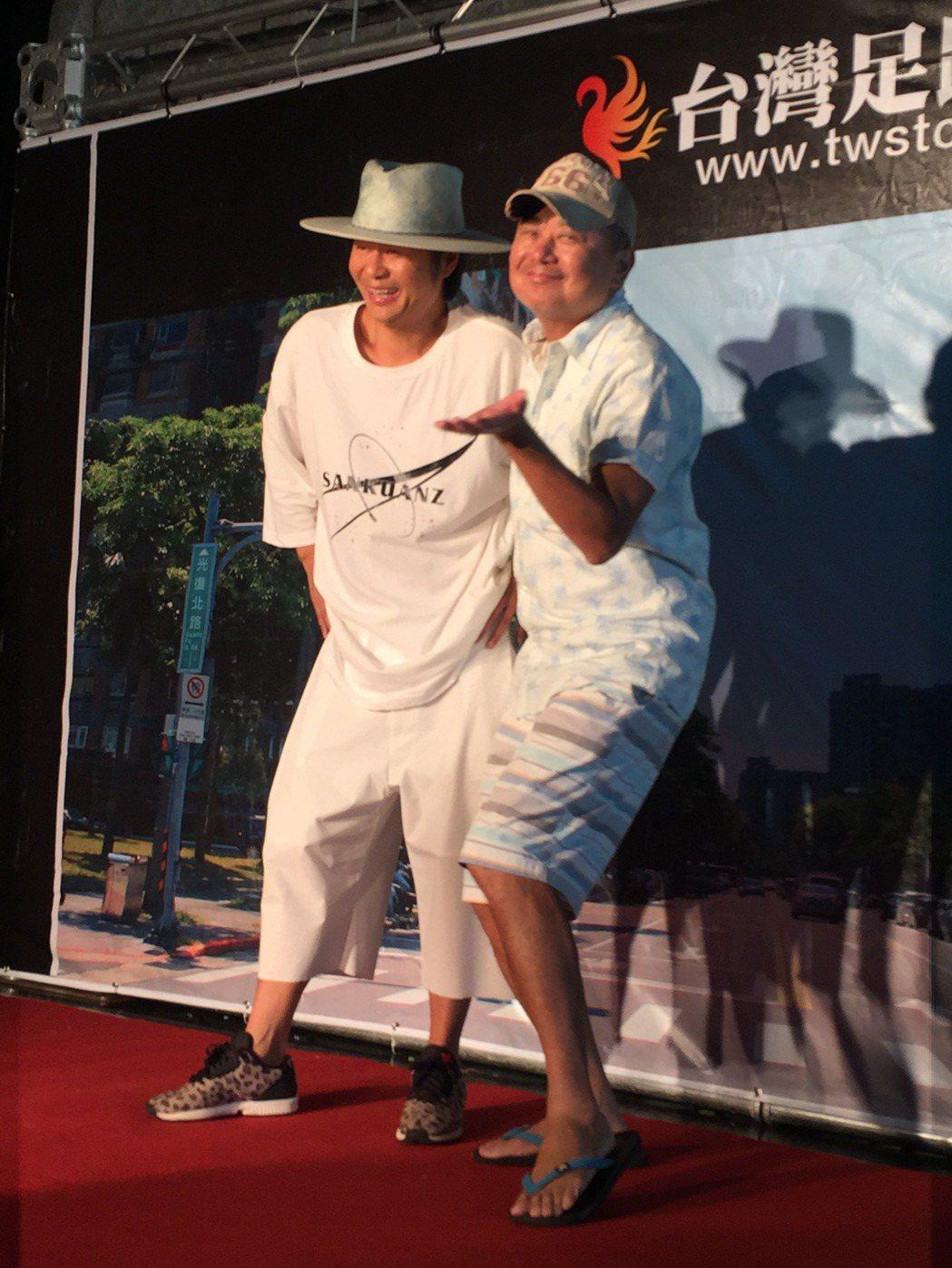 陳昇(右)為左小祖咒站台。記者袁世珮/攝影