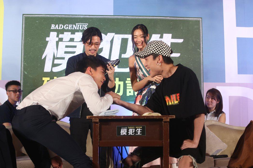 泰國電影「模犯生」記者會,導演納塔吾彭皮里亞(左二)和「小琳」茱蒂蒙瓊查容蘇因(...