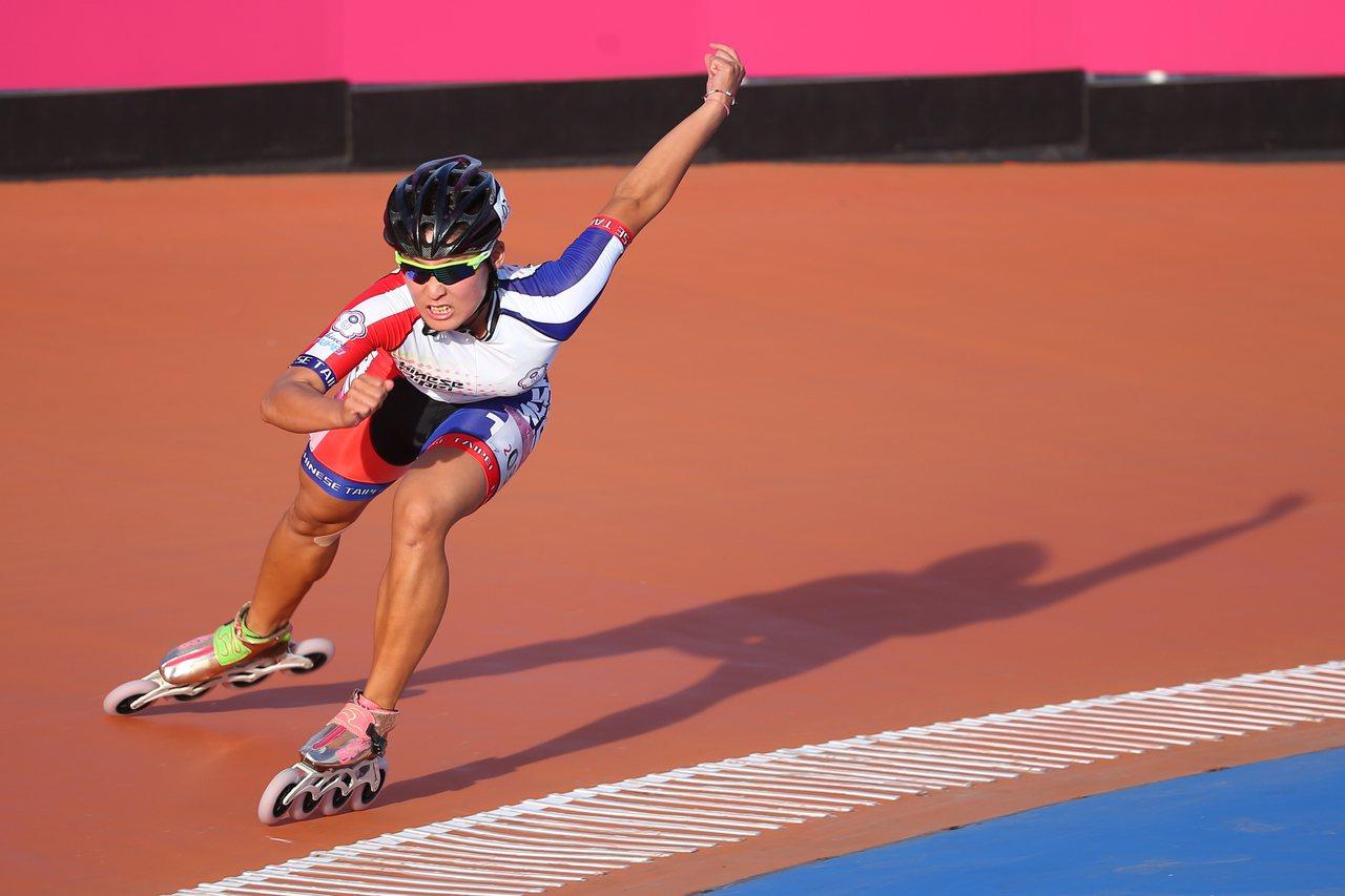 台北世大運滑輪溜冰女子300公尺計時賽,中華隊陳映竹奪下銀牌。記者王騰毅/攝影