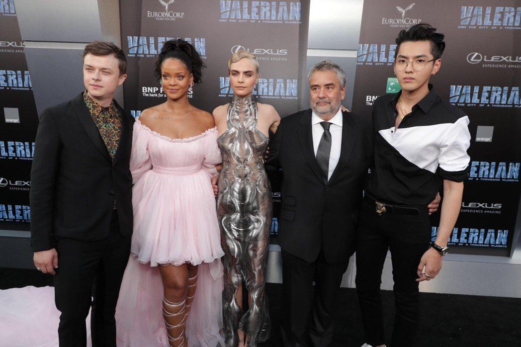 盧貝松(右二)出席「星際特攻瓦雷諾:千星之城」北京首映會,爆料吳亦凡(右一)在片