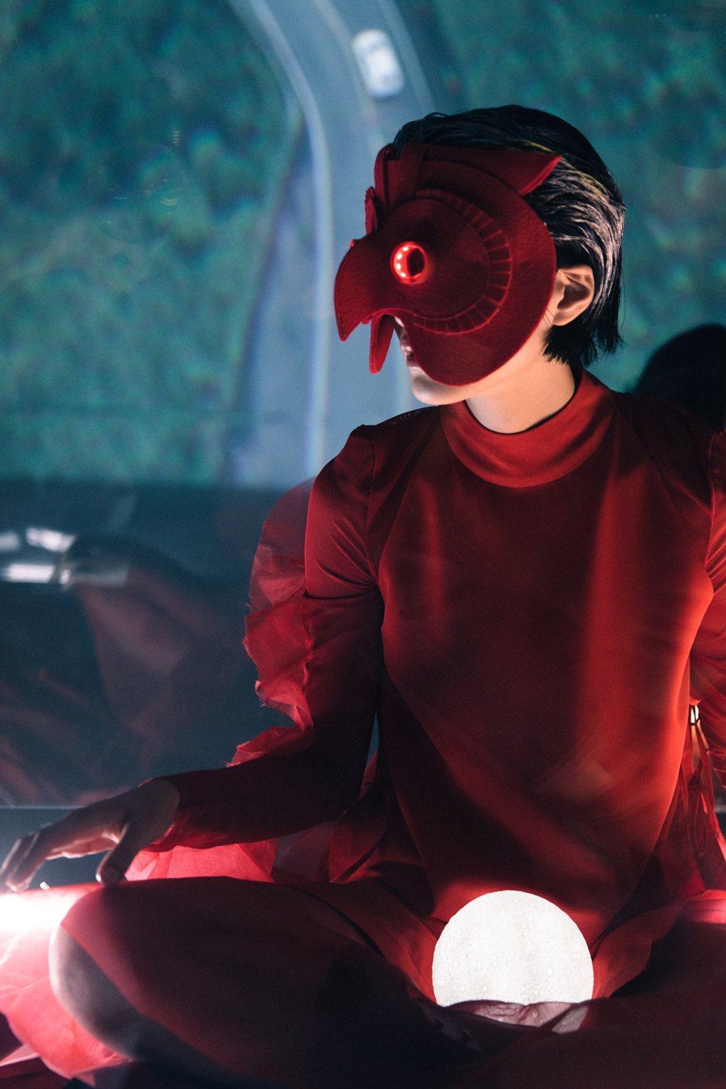 柯泯薰時隔三年發行「不能發出聲音」,搭配電影扮紅衣小女孩。圖/洗耳恭聽提供